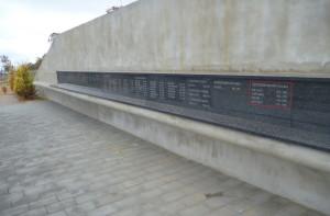 Záběr na umístění  nápisů českých vojáků