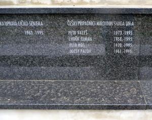 Detail nápisu věnovaný českým vojákům