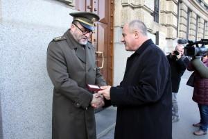 Ředitel Vojenského zpravodajství brig. gen. Jan Beroun předává pamětní minci řediteli VHÚ Aleši Knížkovi