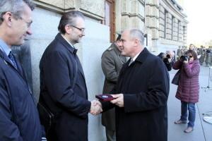 Ředitel Vojenského zpravodajství brig. gen. Jan Beroun předává autorům výstavy pamětní mince