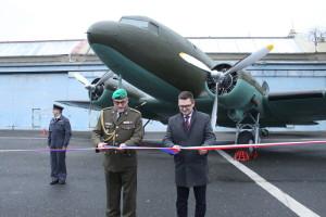 Ředitel VHÚ plk. gšt. Aleš Knížek a ředitel VTÚ Jiří Protiva při slavnostním předání letounu DC-3