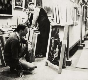Ředitel Národní galerie Kenneth Clark si prohlíží obraz Lucase Cranacha Apollo a Diana ukrytý v jeskyni v Manodu. Tento snímek pořídil fotograf Fred Ramage v roce 1942 pro týdeník Picture Post.