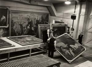 Pracovníci galerie přenášejí obraz italského mistra Paola Veroneseho Respekt z cyklu Čtyři alegorie lásky v jedné z kójí v Manodu. V pozadí je další mistrovo dílo – Dariova rodina před Alexandrem, jedno z největších pláten galerijní sbírky.
