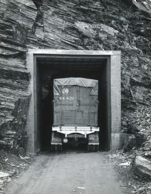 Automobil převážející obrazy vjíždí do jeskyně