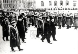 Nově zvolený president Emil Hácha doprovázený generálem Syrovým a dalšími hodnostáři, 30. listopad 1938