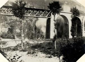 Výbuch italského dělostřeleckého granátu poblíž železničního mostu přes řeku Soču, léta 1915-17