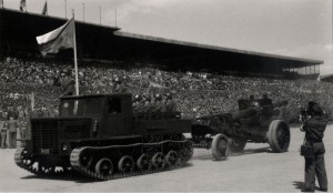 Lehký pásový dělostřelecký tahač Ja-12 s kanónovou houfnicí ML-20, patrně na přehlídce na počest maršála Tita,