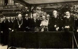 Rakousko-uherští civilní i vojenští hodnostáři na Václavském náměstí při příležitosti mše za vítězství rakousko-uherských zbraní, rok 1916