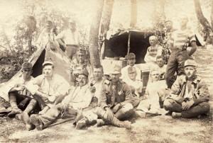 Vojáci z c. a k. pěšího pluku č. 79, zřejmě příslušníci plukovní hudby, s různorodou směsicí fajfek a dýmek s dřevěnou hlavičkou. Za pozornost stojí i civilní trika u dvojice vpravo a německá polní láhev zavěšená na stanu. Fotka vznikla v červnu 1917 v Přímoří. Pluk byl na počátku války tvořen z 96 % vojáky jihoslovanského původu, v řadách plukovní hudby se však vyskytovala i česká jména. FOTO: VHÚ Praha