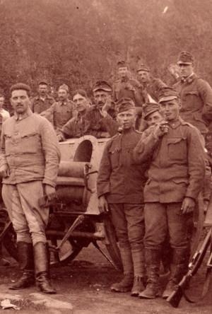 Své zastánce měla dýmka především mezi staršími muži, ve chvílích odpočinku se jí však nevyhýbali ani mladí vojáci. FOTO: VHÚ Praha