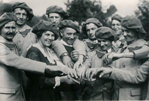 Dobrovolnice v roce 1918 rozdává cigarety vojákům československé armády čekajícím v táboře ve Stamfordu na odjezd do Francie. (VÚA–VHA)