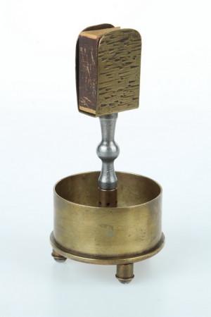 Popelník kombinovaný s krytkou na zápalky vyrobený z uřezané nábojnice do rakousko-uherského kanonu vzor 1905/08 ráže 8cm. (VHÚ Praha)