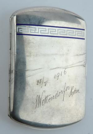 Tabatěrka z pozůstalosti rakousko-uherského pilota Františka Najmana (1892‒1924), který ji zřejmě obdržel od svého nadřízeného během společného pobytu na frontě v roce 1916. Rozměry tabatěrky jsou 10 x 7 x 1,5 cm.
