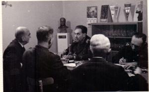 Debata prezidenta republiky s vedením VHÚ a gen. Vilémem Stanovským v kancelářii vedoucího Letecké skupiny VM