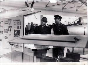Pplk. J. Janečka provází leteckou výstavou prezidenta republiky L. Svobodu 1968