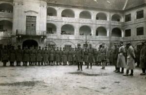 Generální inspektor čs. vojsk Josef Scheiner při inspekci jednoho z útvarů bratislavské posádky na počátku dubna 1919 (VHÚ Praha)