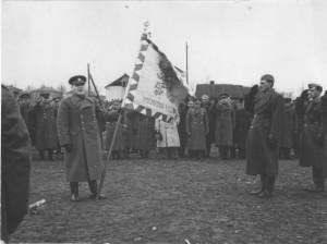 Brigádní generál Heliodor Píka předává prapor veliteli 2. paradesantní brigády plukovníku Vladimíru Přikrylovi 23. 4. 1944 v Jefremově. Foto VHÚ