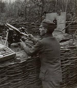 Rakousko-uherský 37mm zákopový kanon vz. 15 v palebném postavení.