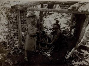 Rakousko-uherský 225mm minomet vz. 15 Böhler v palebném postavení na italské frontě. Tato zbraň patřila mezi jedny z nejlepších zákopových palebných prostředků vhodných k postřelování nepřátelských zákopů a k ničení ostnatých drátěných zátarasů. Za války bylo vyrobeno více než tisíc kusů.