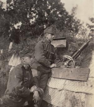 """Brněnská společnost """"Ignaz Storek, ocelárna, slévárna měkké litiny a železa"""" dodávala rakousko-uherské armádě mimo jiné nadkaliberní minomet vz. 15, který byl u vojáků pro svou jednoduchost velmi oblíben."""