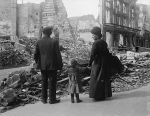 Rodina uprchlíků se vrací do Amiensu a dívá se na trosky domů, 17. září 1918. FOTO: © IWM (Q 11341)