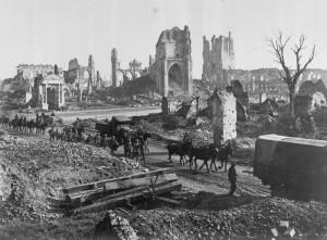 Koně a muži z 1st Anzac Corps opouštějí ruiny katedrály a Soukenické haly v Yprech. FOTO: © IWM E(AUS) 1122