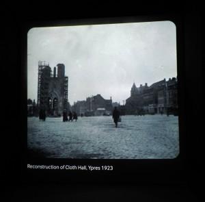 Součástí výstavy Obnova je také promítání záběrů ze zdevastovaných Yprů a z výstavby Meninské brány na okraji tohoto města. FOTO: Jaroslav Beránek