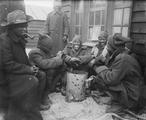Jihoafričtí vojáci kolem koše na oheň ve svém táboře v Dannes, Francie březen 1917. FOTO: © IWM (Q 4875)