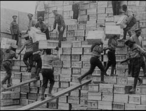 Příslušníci South African Labour Contingent ukládají vojenské zásoby, Francie 1917. FOTO: © IWM (413)