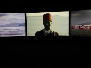 Video projekt Johna Akomfraha Mimesis: Africký voják je promítán na tři plátna. FOTO: Jaroslav Beránek