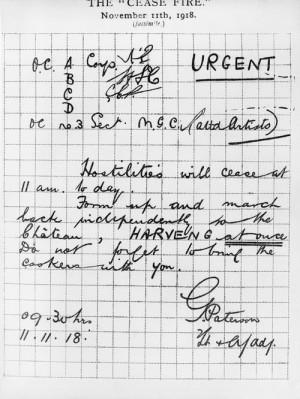 Tato zpráva s informací, že v 11 hodin nastane klid zbraní, byla 11. listopadu 1918 v 9.30 doručena všem britským jednotkám na západní frontě. Vystavený dokument je od 1/28th Battalion London Regiment (Artists´ Rifles). FOTO: © IWM (Q 42481)