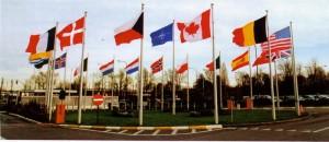 Vlajka České republiky před bruselskou centrálou NATO