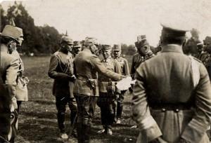 Císař Vilém II., otočený k nám zčásti zády, na návštěvě u rakousko-uherské jednotky, první světová válka