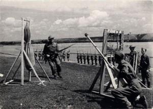 Příslušníci čs. jednotky v Buzuluku při výcviku boje na bodák, rok 1942