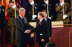 Prezident ČR Václav Havel s prezidentem USA Billem Clintonem na Washingtonském summitu NATO 23. dubna 1999. V pozadí generální tajemník  NATO Javier Solana.