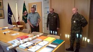 Dokumenty k přehlídce 2018. Vlevo velitel pozemních sil generálmajor Josef Kopecký, uprostřed ředitel VHÚ plukovník Aleš Knížek, vpravo plukovník Petr Procházka.
