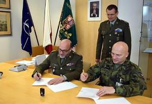Vlevo ředitel VHÚ, plukovník Aleš Knížek, vpravo plukovník Petr Procházka
