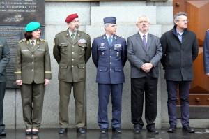 Výstava 20 let České republiky v NATO, zahájení. Vlevo generálka Lenka Šmerdová, zcela vpravo J. Láník a P. Tomek z VHÚ, spoluautoři výstavy