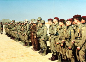 V rámci operace Pouštní bouře působila čs. jednotka na území Saúdské Arábie a Kuvajtu od prosince 1990 do dubna 1991. Záběr na jeden z nástupů československé protichemické jednotky při bojovém rozdílení v táboře 04.