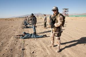 Výcvik afgánských policistů v Národním policejním výcvikovém centru Wardak. Český vojenský policista sleduje frekventanty výcvikového kurzu při střelecké přípravě.