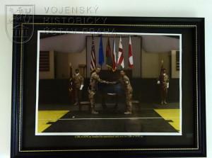 Fotografie z převzetí operačního úkolu 9. strážní rotou BAF