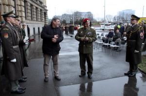 Zástupce náčelníka GŠ AČR, brigádní generál Milan Schulc a autor výstavy Jindřich Marek při přestřižení pásky
