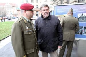 Zástupce náčelníka GŠ AČR, brigádní generál Milan Schulc a autor výstavy Jindřich Marek