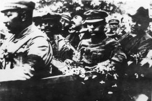 Představitelé Maďarské republiky rad jedou autem, zcela vpravo s kloboukem na hlavě Béla Kun