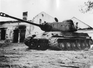 Vyřazený sovětský tank IS-2 ve zničené vesnici na východní frontě, léta 1944-45