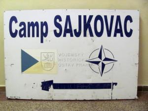 Směrová cedule k základně Camp Šajkovac v Kosovu