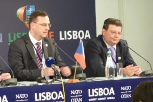 Z tiskové konference české delegace na summitu: premiér Petr Nečas a ministr obrany Alexandr Vondra. Foto Jan Pejšek.