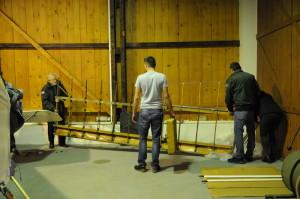 Umisťování renovovaného letounu v hangáru LM Kbely