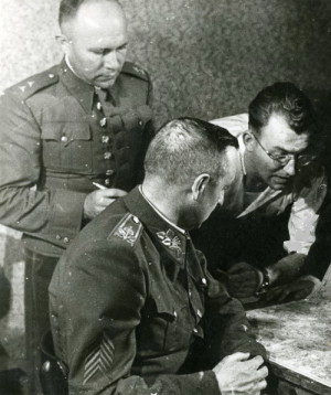 Generál Karel Kutlvašr s Jaromírem Nechanským (v košili) nad mapou ve dnech povstání
