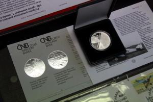 Mince s motivem letounu Bohemia B-5 pokřtěna v Leteckém muzeu Kbely